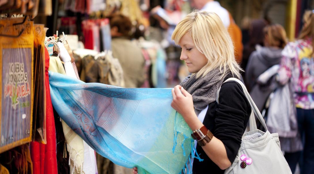 Mujer aprendiendo sobre producción responsable en un viaje al extranjero.